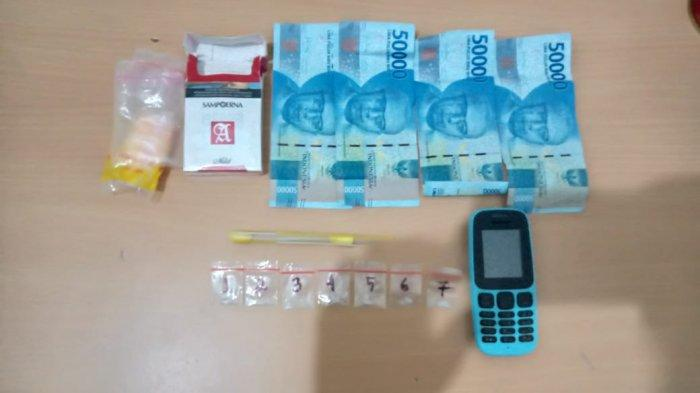 Badan Narkotika Nasional Kota (BNNK) Jambi ringkus dua orang pengedar narkotika jenis sabu-sabu, yakni Jupri (45) dan Anang (48), di kawasan Olak Kemang, Kamis (5/11/2020). Ini barang bukti yang diamankan.