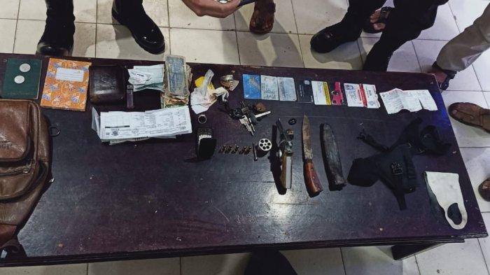 Barang bukti senjata api dan pisau yang diamankan polisi dari Rahimin.