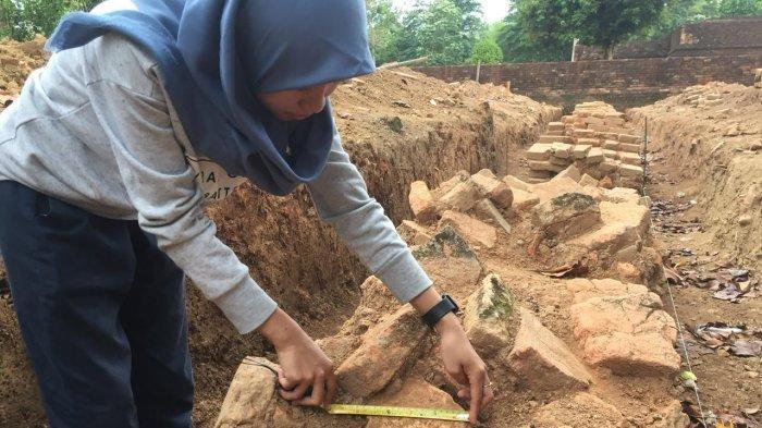 Arkeolog Temukan Dua Bata Bercap 'Telapak Kaki Anjing' di Candi Kedaton Muaro Jambi