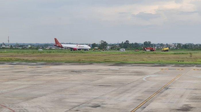 Pesawat Batik Air ID 6803 saat mendarat darurat di Bandara Sultan Thaha Jambi