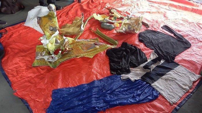 Beberapa barang dan pakaian korban kecelakaan pesawat Sriwijaya Air SJ-182 yang didapat Tim Taifib TNI AL. (Warta Kota/Joko Suprianto)