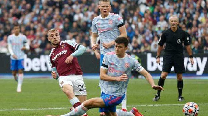 Bek Manchester United Harry Maguire (kanan) memblok sepakan striker West Ham United Jarrod Bowen (kiri) dalam lanjutan Liga Premier Inggris Minggu, 19 September 2021.
