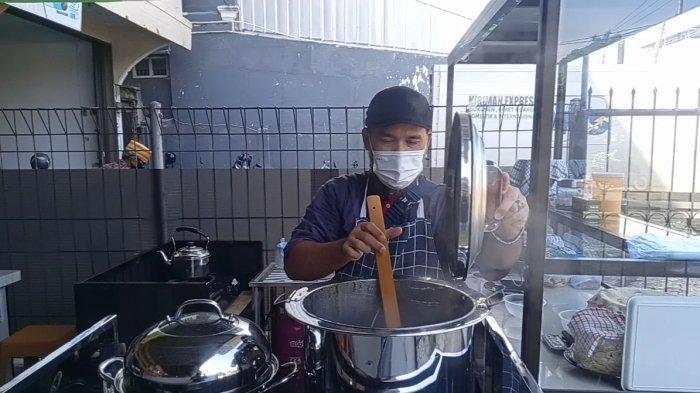 Beni pemilik Mie Celor Mang Kebeng sedang menyiapkan seporsi mie celor