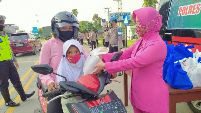 Tunjukkan Kepedulian, Ketua Bhayangkari Cabang Tebo Bagikan Takjil Gratis ke Masyarakat