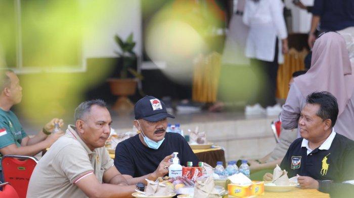 Bincang ringan antara Kadis PUPR Provinsi Jambi Ir M. Fauzi MT dengan Danrem 042 Gapu Brigjen TNI M. Zulkifli selepas kegiatan olahraga bersama