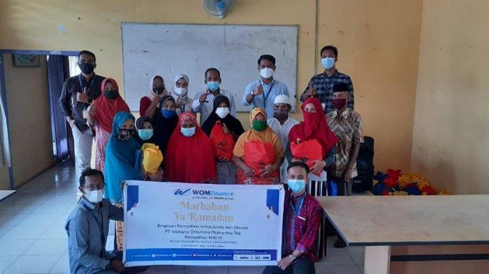 Lewat program bertema Bulan Ramadhan untuk meningkatkan keimanan dan ketakwaan, WOM Finance Kantor Cabang Tembesi membagikan bingkisan kepada yang berhak.