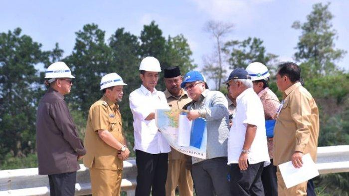 Presiden Joko Widodo meninjau kawasan Bukit Soeharto di Kabupaten Kutai Kartanegara, Kalimantan Timur, yang menjadi salah satu lokasi calon Ibu Kota baru, Selasa (7/5/2019).