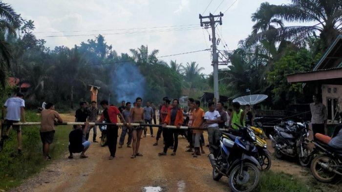 Blokir Jalan Utama yang Rusak, Warga Pangkal Bloteng, Tebo, Kesal Anggap Perusahaan Tak Tepati Janji
