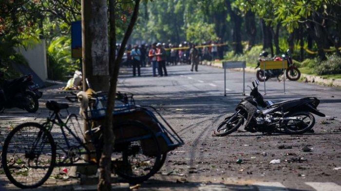 Bom Surabaya,Warga Lihat Hal Ngeri Ini Setelah Wanita dan 2 Anak Berompi Berjalan Cepat Masuk Gereja