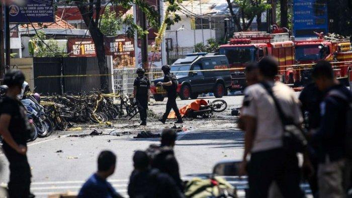 TERDUGA Pelaku Bom Bunuh Diri Tergeletak Menderita Luka Parah di Depan Pospam