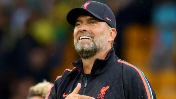 Bos Liverpool, Jurgen Klopp telah menjalani operasi mata di musim panas lalu yang membuat penampilannya nampak berbeda kala mendampingi skuadnya bertandang ke kandang Norwich City