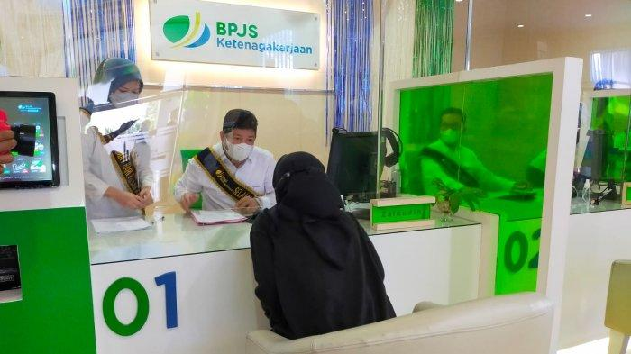 Pegawai BPJS Ketenagakerjaan sedang melayani masyarakat.