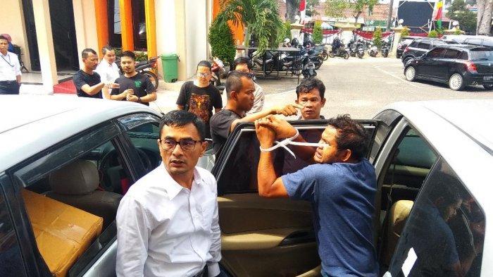 Kejar-kejaran di Jalan Raya, Polisi Tembak Ban Mobil yang Bawa 250 Kg Ganja, Lalu Ini yang Terjadi