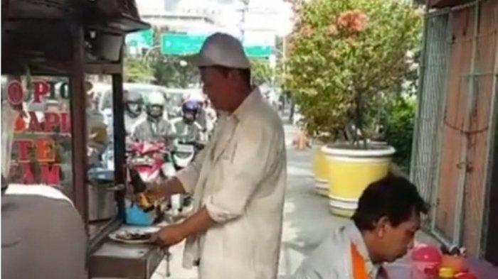 Pada Gak Sadar, Polisi Bintang Satu ini Nyamar Jadi Tukang Sate dan Pembeli Acuh Gitu Aja!
