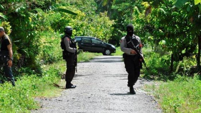Ilustrasi - Suasana penjagaan yang dilakukan anggota Brimob Polda Sulawesi Tengah saat terjadi penyergapan teroris di sebuah rumah di Desa Kalora Kecamatan Poso Pesisir Utara, Poso, Rabu (31/10/2012).