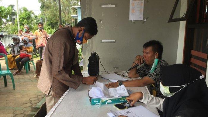 Warga kurang mampu dari Kecamatan Muara Bulian menerima BST di Kantor Pos Cabang Muara Bulian, Rabu (25/11/2020).