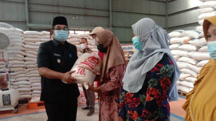 Bulog Kuala Tungkal Salurkan Perdana Bantuan Beras PPKM Untuk Masyarakat Penerimaan KPM