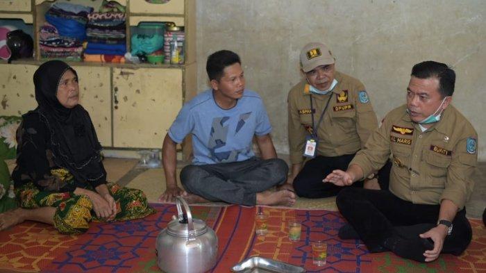 Bupati Al Haris Santuni Keluarga Korban Kebakaran di Tabir