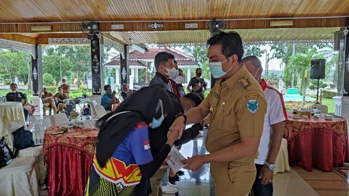 Enam Atlet Asal Batanghari Wakili Jambi di PON Papua, Bupati Fadhil Arief Beri Sangu Rp 10 Juta