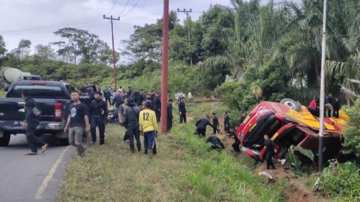 Di Turunan Terjal Muara Emat, Bus Angkut Puluhan Brimob Terguling, Korban Luka Berjatuhan