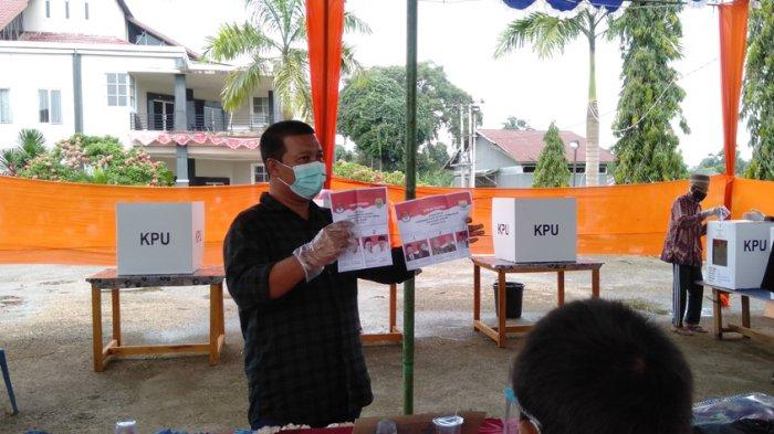 Calon Bupati Tanjab Timur Romi Hariyanto saat berikan hak pilih di TPS 03
