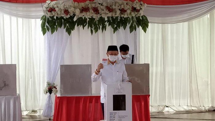 Calon Gubernur Jambi Cek Endra Ditemani Anaknya Berikan Hak Pilih di TPS 07 Kota Jambi
