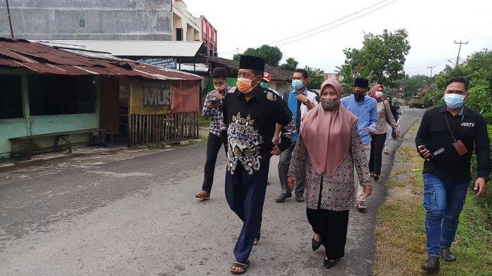 Calon Wakil Gubernur Jambi Abdullah Sani Jalan Kaki ke TPS Bersama Isteri untuk memberikan hak pilihnya