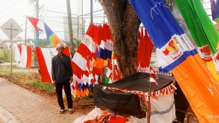 Cerita Cecep Pria Asal Garut Mencari Berkah di HUT RI Dengan Berjualan Bendera di Sengeti Muarojambi