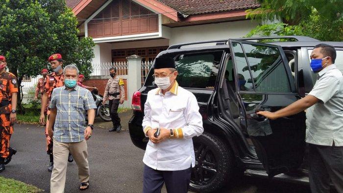 Calon Gubernur Jambi Cek Endra saat tiba di di TPS 07 Kota Jambi