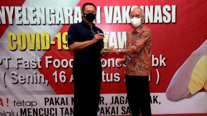 Prosesi penyerahan figur Colonel Sanders oleh Justinus Dalimin Juwono selaku Direktur PT Fast Food Indonesia kepada Bambang Soesatyo selaku pendiri Gerak BS dan Ketua Umum Ikatan Motor Indonesia (IMI) Pusat sebagai bentuk simbolis atas kolaborasi antara KFC Indonesia dan Gerak BS dalam menyelenggarakan vaksinasi karyawan KFC.