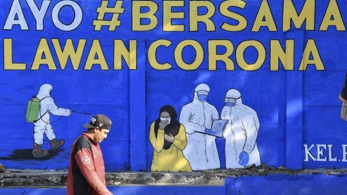 Seorang warga yang tidak mengenakan masker melintas, di depan mural yang berisi pesan waspada penyebaran virus Corona di kawasan Tebet, Jakarta, Selasa (8/9/2020).