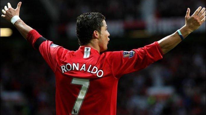 Cristiano Ronaldo ketika kenakan nomor punggung 7 di Manchester United. Kini nomor punggung itu dipakai Edinson Cavani