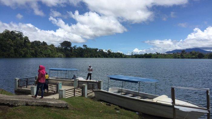 Danau Pauh di kaki Gunung Masurai, Kabupaten Merangin, Provinsi Jambi, Mingu (1/4).