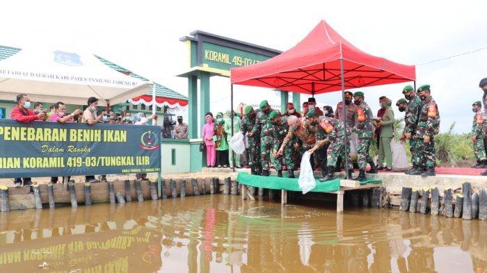 Danrem 042/Gapu Brigjend TNI M Zulkifli, SIP, MM beserta rombongan berkunjung ke Makodim 0419/Tanjab, Kamis, (21/1/2021), dan melakukan penebaran benih ikan.