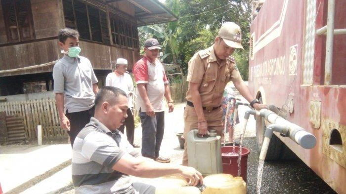 Dapat Bantuan Air Bersih, Kecamatan Bathin VIII Bagi-bagi Air Bersih untuk Warga di Desa Pulau Buayo