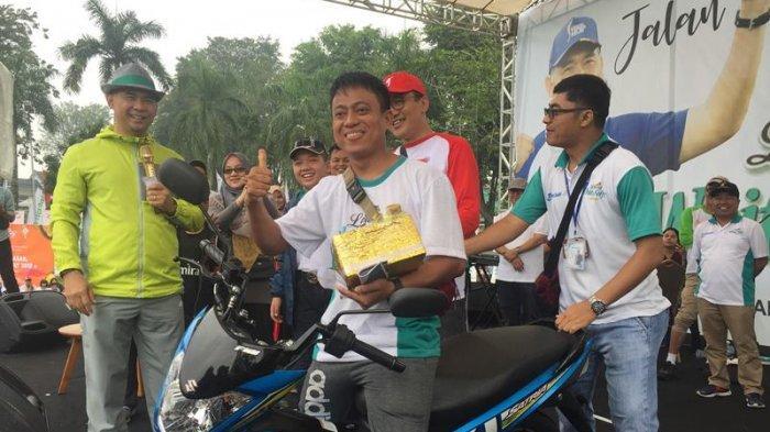 Jalan Sehat Tribun Jambi, Minta Restu Orang Tua, Iwan Afriansya Bawa Pulang Hadiah Sepeda Motor