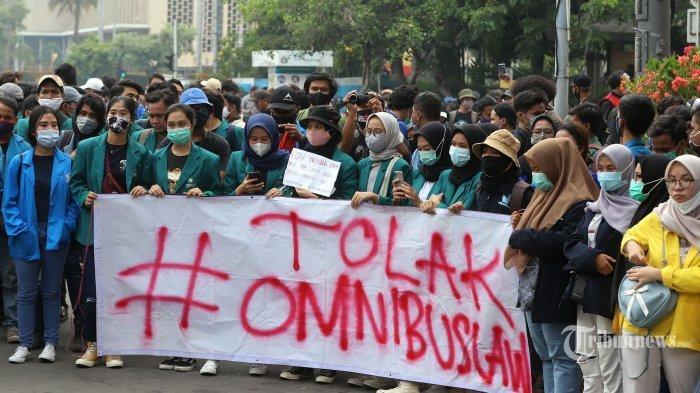 Sejumlah mahasiswa yang tergabung dalam Badan Eksekutif Mahasiswa Seluruh Indonesia (BEM SI) kembali menggelar aksi unjuk rasa menolak Omnibus Law UU Cipta Kerja di kawasan Patung Kuda, Jakarta Pusat, Jumat (16/10/2020). Mereka menggelar aksi unjuk rasa untuk menolak Undang-Undang Cipta Kerja yang telah disahkan oleh DPR pada 5 Oktober 2020.