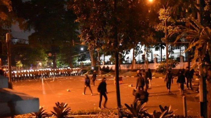 Demo menolak UU Cipta Kerja di Bandung, Jawa Barat, berujung ricuh, Selasa (6/10/2020)