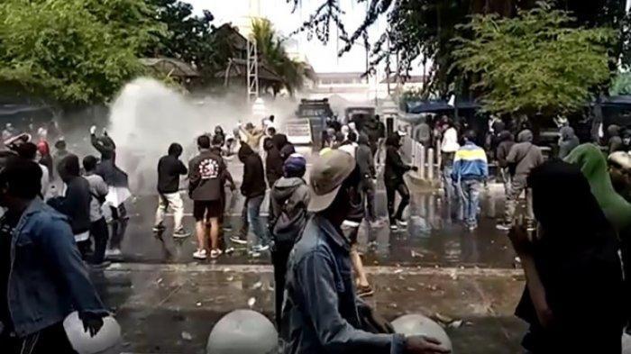 Suasana ketegangan di depan gedung DPRD DIY saat massa aksi menggelar demonstrasi menolak Omnibus Law, Kamis (8/10/2020)