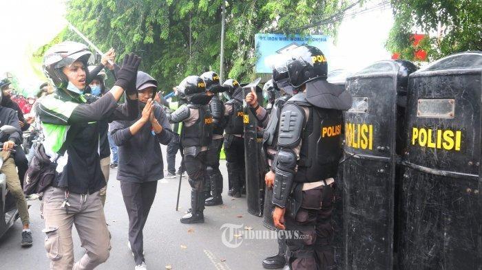 Pengakuan Unik Mahasiswa yang Rusak Mobil Polisi: Lagi Makan Pempek Tiba-tiba Ditembak Gas Air Mata