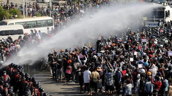 Demonstrasi melawan militer yang berkuasa di Myanmar.