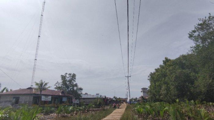 Kesulitan Sinyal, Warga Desa Alang Alang Tanjab Timur Harus Mojok Untuk Bisa Menelpon