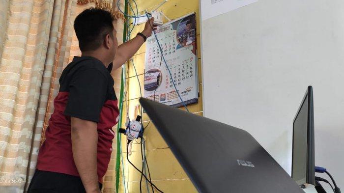 Kesulitan Sinyal, Fasilitas Ini Yang Dimanfaatkan Warga Desa Alang Alang Tanjab Timur