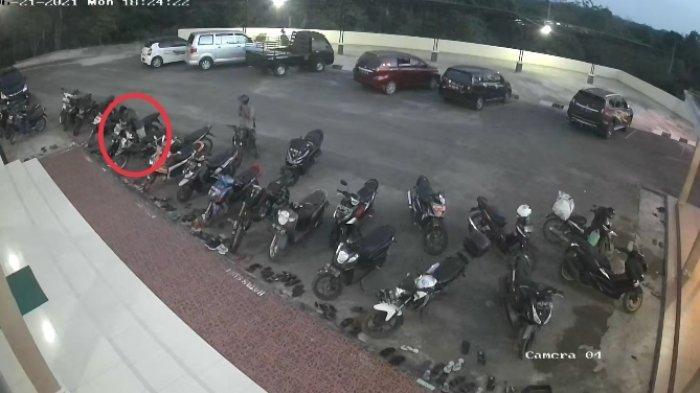 BREAKING NEWS Detik-detik Dua Pemuda Curi Motor di Masjid Abror di Muarojambi Terekam CCTV