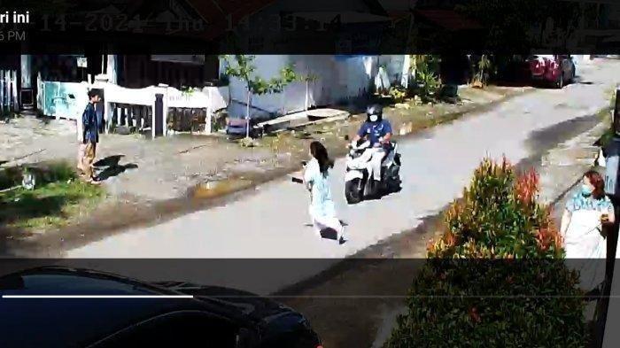 Detik-detik warga di Mamuju tertabrak motor akibat gempa, Kamis (14/1/2021).