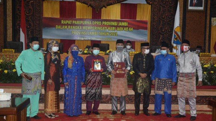 Rapat Paripurna Memperingati Hari Jadi ke-64 Provinsi Jambi yang berlangsung di kantor Dewan Perwakilan Rakyat Daerah Provinsi Jambi, Rabu (6/1/2021).