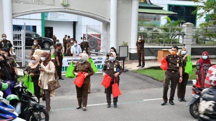 Di bulan ramadan ini, Kejaksaan Tinggi Jambi mengambil momentum ramadan untuk berbagi takjil kepada pengendara yang melintas di depan Kantor Kejaksaan Tinggi Jambi pada Selasa (20/4).