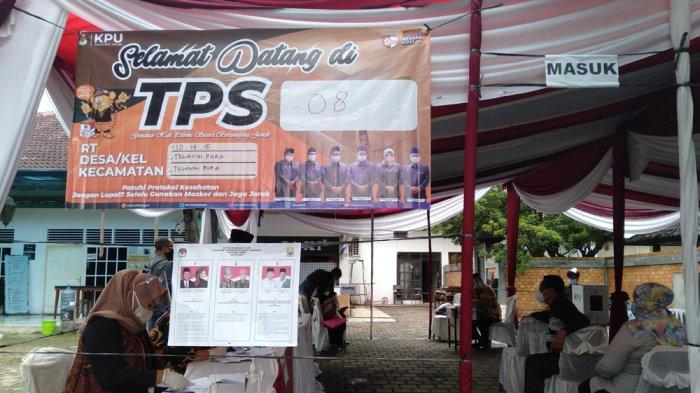 Wali Kota Jambi Syarif Fasha Berikan Hak Pilihnya di TPS 8 Telanaipura
