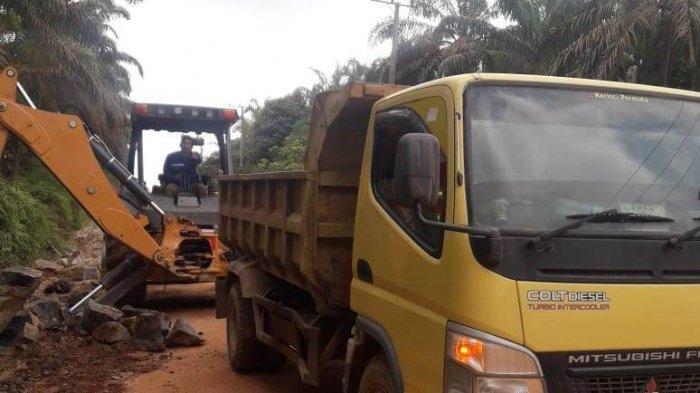 Ada Mobil Terperosok ke Lubang di Jalan Desa Parit, Dinas PUPR Muarojambi Siaga Alat Berat Sebulan