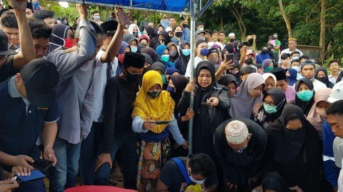 Pelajar SMP Tewas Akibat Dipukul Kawannya, 'Anaknya Periang', Tangis Pecah saat Pemakamannya